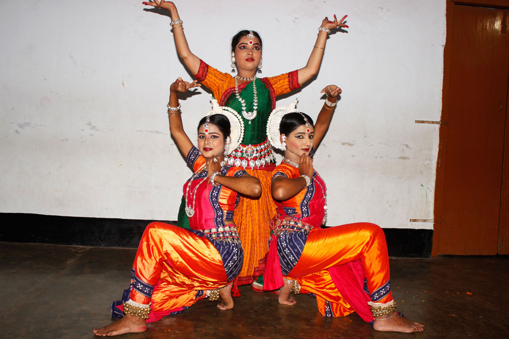 dance three women